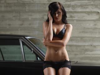 обои Девушка в черном комплекте у черной машины фото