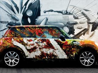 обои У стены с рисунком стоит авто с осенней раскраской фото