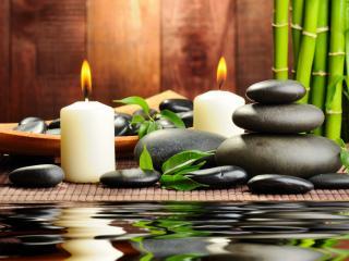 обои для рабочего стола: Горящие свечи и камушки