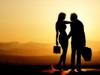обои Влюбленный музыкант с девушкой на закате фото