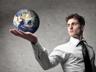 обои Земной шар на ладони мужчины фото