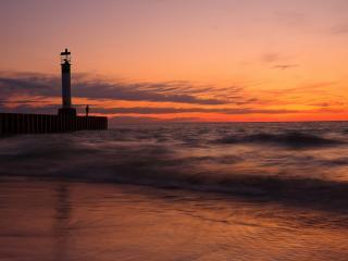 обои Штормит на закате у маяка фото