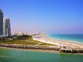 обои Пляж у большого города фото