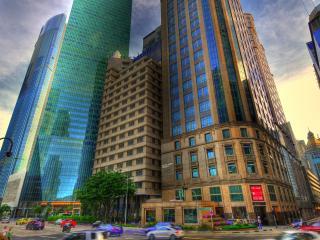 обои Многоэтажки в городе с сине-зеленым отблеском в окнах фото
