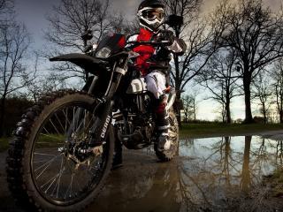 обои Мотоциклист у лужи на дороге фото