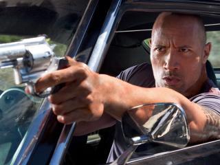 обои С револьвером через окно автомобиля фото