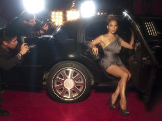 обои Папарации и девушка из машины на красной дорожке фото
