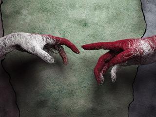 обои Две руки из ниток у стены фото