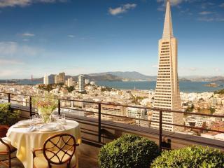 обои Столик на двоих с видом на город у залива фото