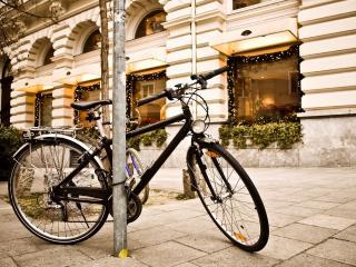 обои для рабочего стола: Велосипед пристегнутый к трубе