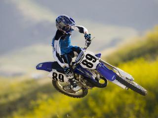 обои Спортсмен в полете на синем мотоцикле фото