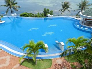 обои Красивый вид голубого бассейна с пальмами у моря фото