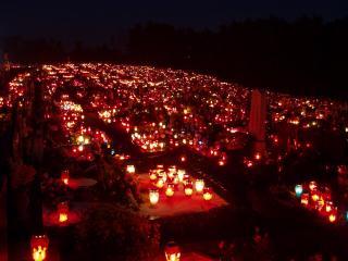 обои Горящие свечи на кладбище фото