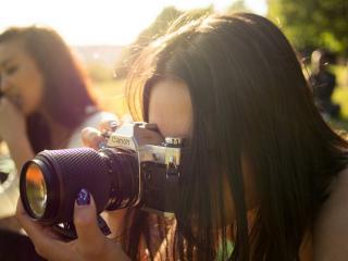 обои Девушка снимает зеркальным фотоаппаратом фото