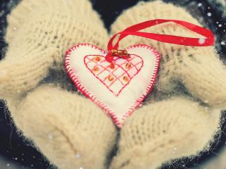 обои Поделка, сердечко на руках в белых варежках фото