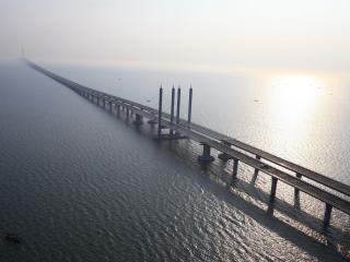 обои Туман у длинного моста фото