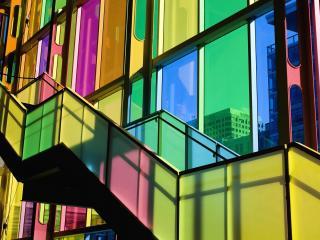 обои Современное здание с разноцветным стеклом фото