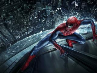 обои Человек паук взбирается по окнам небоскреба фото