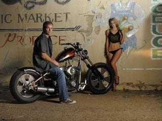 обои Мотоциклист и девушка у старой стены фото