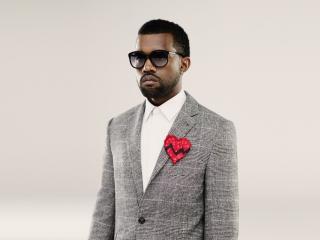 обои Темнокожий мужчина в очках и сердечко на пиджаке фото