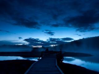 обои Кладка деревяная на перешейке озера фото