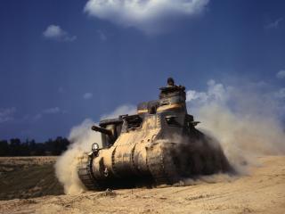 обои Танк едит с песчаного холма фото