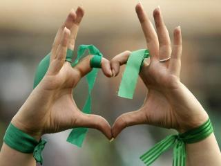 обои Руки с ленточками сложенные в форме сердечка фото