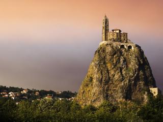 обои Замок на вершине одинокой горы фото
