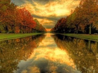 обои Идеально ровный канал в парке осеннем фото