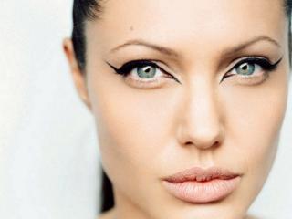 обои Знаменитая актриса с большими стрелками у глаз фото