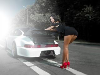 обои Девушка держится за машину по центру дороги фото