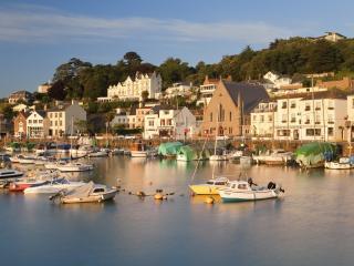 обои Лодки на воде и город на причале фото
