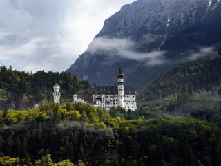 обои Замок в горах среди лесов фото