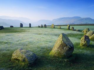 обои Круг из камней на поле фото