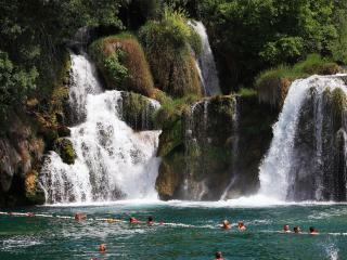 обои Купальня у водопада фото