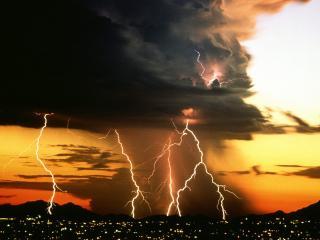 обои Молния из большой черной тучи над городом фото