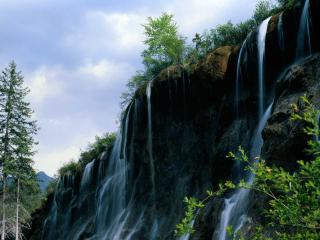 обои Ниспадающая вода с отвесной горы фото