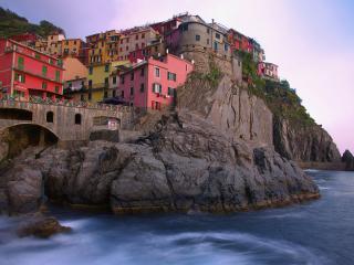 обои Городок выстроенный на скале у моря фото