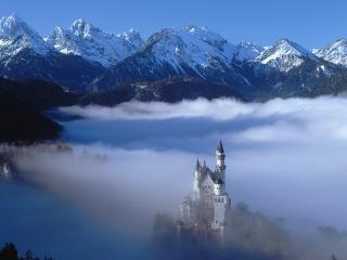 обои Дворец в низине гор среди тумана фото