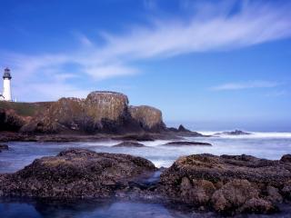 обои Маяк на скалистом берегу у моря фото