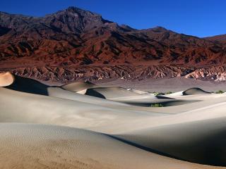 обои Песочные барханы перед горами в пустыне фото