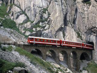 обои Поезд выезжающий из горного тонеля фото