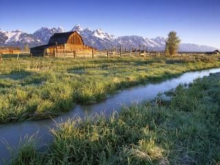 обои Речушка на равнине и домик деревяный на фоне гор фото