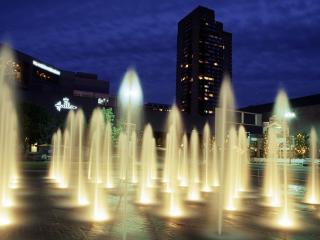 обои Подсвеченные фонтаны в вечернем городе фото
