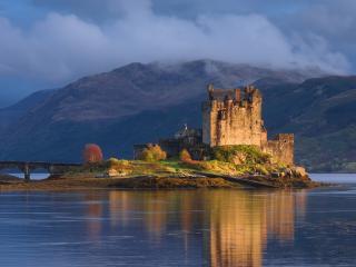 обои Старый замок с мостом на берегу фото