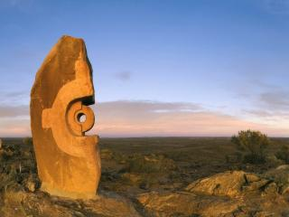 обои Странная фигура вырезбленная из каменной глыбы фото