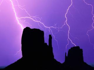 обои Разряд молнии над горами фото
