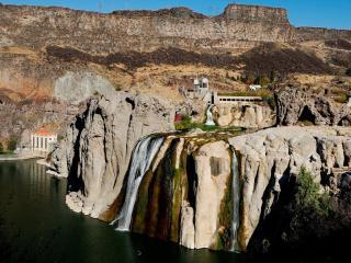 обои Опуклость скал с водопадами фото