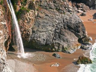обои Высокий водопад у моря фото