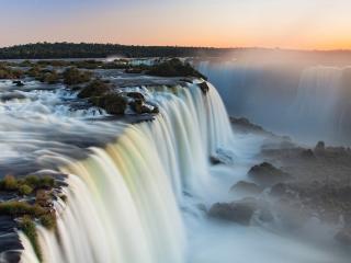 обои Пенистая вода водопада на закате дня фото